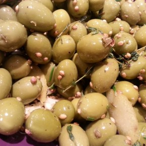 Marinated olives – a recipe with garlic, herbs, spices
